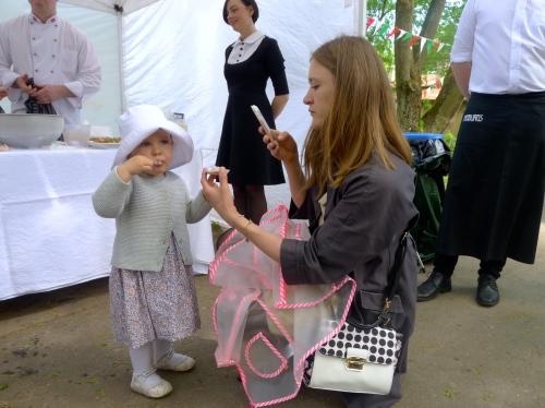 Blogere Inga Kalniņa strādā, kamēr Grēta vico iekšā gardo saldējumu