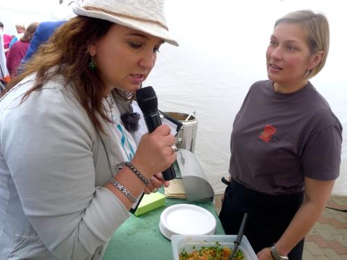 Pasākuma vadītāja Baiba Sipeniece pēta Stock Pot slaveno hummusu un tabulē