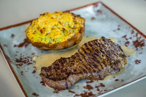 Steiks ar krāsnī ceptu kartupeli. Foto: Kaspars Teilāns